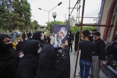 بی قراری خانواده شهید در هنگام تدفین پیکر شهید سهیلی فرد