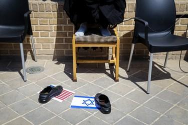 پرچم رژیم اشغالگر قدس و آمریکا زیر کفش  سخنران این مراسم