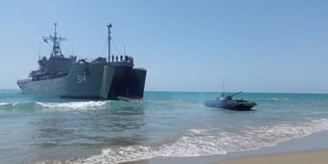 عملیات مشترک تاخت آبخاکی در رزمایش ارتش/ تخلیه نفربرهای دوزیست در ساحل توسط ناو