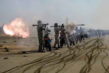 شلیک آر پی جی تکاوران ارتش به دشمن فرضی در رزمایش ذوالفقار ۹۹
