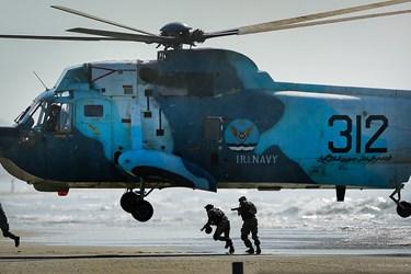 عملیات هلیبرن نیروهای تکاور در ساحل دشمن توسط بالگردهای نیروی دریایی و تخلیه چترباز