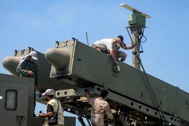 آماده سازی سامانه موشکی ولایت-2 برای شلیک موشک در رزمایش ذوالفقار ۹۹