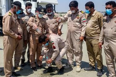 ریختن آب روی سر نفر شلیک کننده موشک توسط امیر دریادار حسین خانزادی فرمانده نیروی دریایی ارتش طبق رسمی که برای فردی که اولین شلیک خود را انجام می دهد