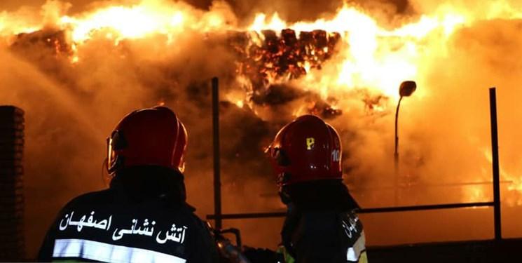 جدال 10 ساعته آتشنشانان شهرضا با حریق انبار علوفه