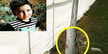 یک سال از برقگرفتگی کودک 6 ساله گذشت/ گلایههای پدر مرحوم عماد از مسئولان ورزشگاه آزادی و اداره برق