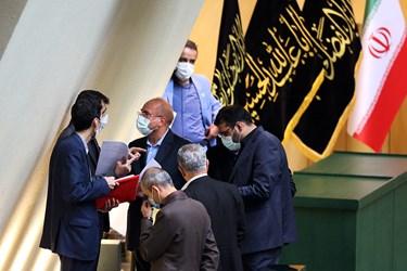 گفت و گوی تعدادی از نمایندگان با قالیباف رئیس مجلس در جایگاه هیات رئیسه مجلس