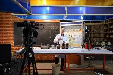 ضبط کلاس آموزش شیمی توسط معلم دبیرستان ماندگار البرز جهت ارائه به دانش آموزان آنلاین