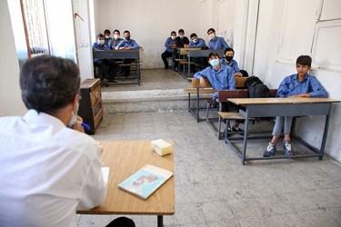 یکی از کلاس های درس حضوری هنرستان پسرانه شهید سروندی