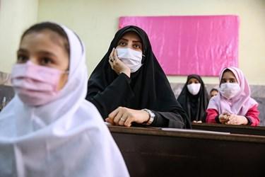 حضور خبرنگاران در کلاس درس و جمع دانش آموزان مدرسه دخترانه معاد در منطقه ۴ تهران
