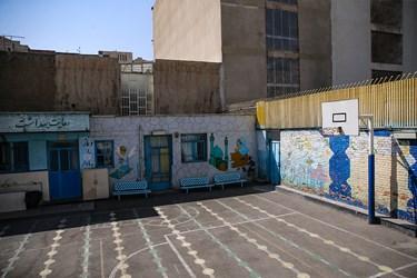 محوطه حیاط مدرسه دخترانه معاد در منطقه ۴ تهران