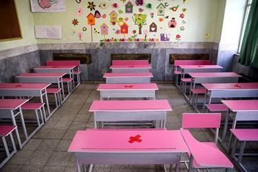 یکی از کلاس های نوسازی شده مدرسه دخترانه معاد در منطقه ۴ تهران.  این مدرسه از لحاظ استانداردهای  برق اخطار دریافت کرده است