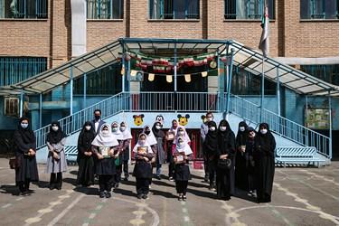 حضور اصحاب رسانه و گروههای جهادی مدرسهساز در جمع دانش آموزان مدرسه دخترانه معاد در منطقه ۴ تهران