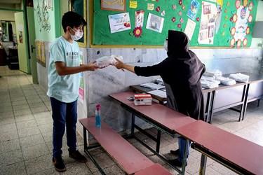 ارائه کتب درسی دانش آموزان در مدرسه دخترانه معاد در منطقه ۴ تهران