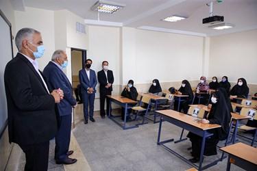 سخنرانی کاظم دلیلی خیّـر مدرسه ساز در جمع اصحاب رسانه در مدرسه تازه تاسیس نوجوانان در منطقه ۴ تهران