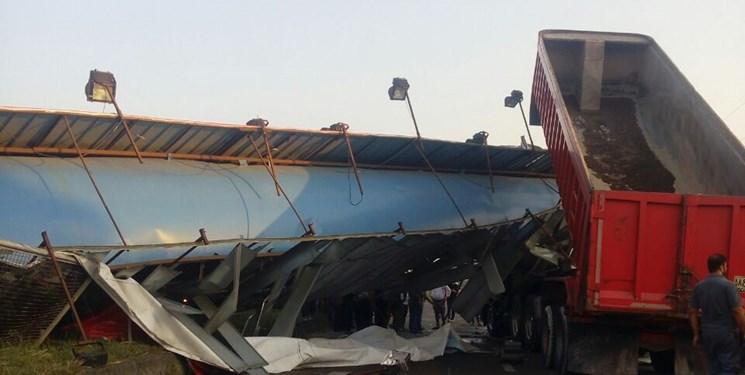 بازگشایی محور آستانه-لاهیجان پس از دو ساعت/ سقوط پل دو مصدوم برجای گذاشت