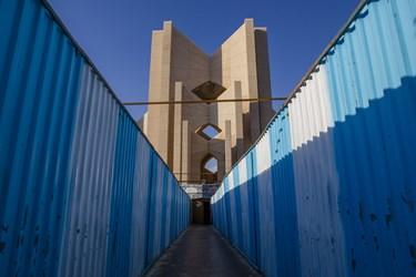 دیواره فلزی و حصارهای کارگاهی پیرامون مقبره الشعرا