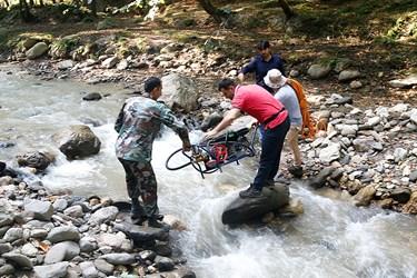 انتقال و جابجايي موتور پمپ به عرصه شمشاد براي عمليات سم پاشی  درختان