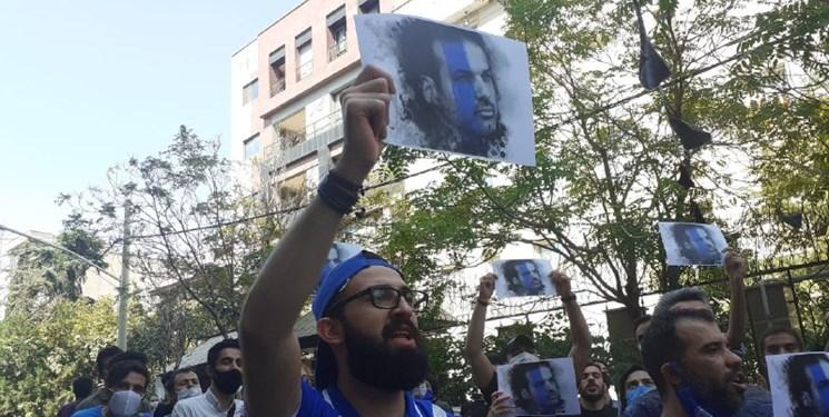 شعارهای طرفداران استقلال مقابل فدراسیون فوتبال+تصاویر و فیلم