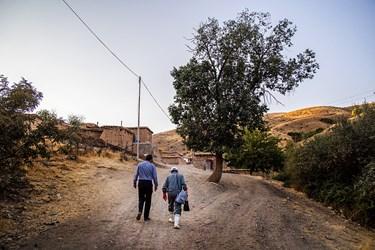 مدیرکل دامپزشکی استان کردستان به همراه اکیپ واکسیناسیون در مسیر روستا