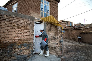 واکسیناتورها خانه به خانه روستایان را می گردند تا تمامی دام های مردم روستا را واکسینه کنند