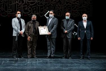 اهدای گواهینامه درجه یک هنری در رشته شعر مجلسی به  حاج ولیالله کلامی زنجانی