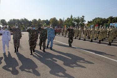 بازدید  فرمانده کل ارتش جمهوری اسلامی  از دانشجویان مستقر در میدان در مراسم اختتامیه دوره جامعه پذیری دانشگاههای افسری آجا