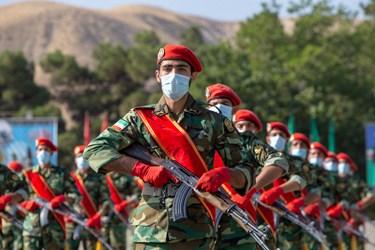 اجرای حرکات نظامی توسط دانشجویان دانشگاههای افسری ارتش در مراسم اختتامیه دوره جامعه پذیری دانشگاههای افسری آجا