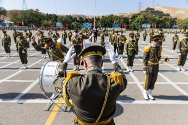 اجرای گروه موزیک نظامی جهت رژه یگان های حاضر در مراسم اختتامیه دوره جامعه پذیری دانشگاههای افسری آجا