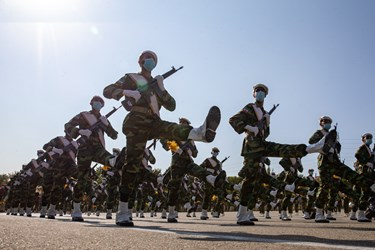 رژه دانشجویان دانشگاههای افسری ارتش از مقابل جایگاه فرماندهان ارتش در مراسم اختتامیه دوره جامعه پذیری دانشگاههای افسری آجا