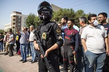 اهالی محله در حال تماشای گرداندن اراذل و اوباش در محله تهرانپارس