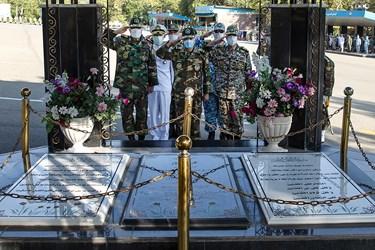 ادای احترام فرماندهان ارتش به شهدای  گمنام در مراسم اختتامیه دوره جامعه پذیری دانشگاههای افسری آجا