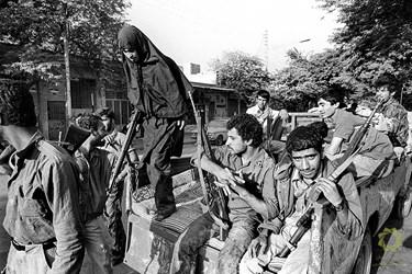 خرمشهر، مقابل مسجد جامع/ 3 مهر 1359 تعدادی از جوانان خرمشهری با تجهیزات اندک برای دفاع در برابر هجوم ارتش عراق آماده میشوند.