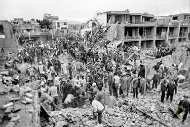 تهران، خیابان خیام/ 28 فروردین 1367 عملیات نجات و جستجوی مصدومین توسط مردم و نیروهای امدادی پس از بمباران هواپیماهای عراقی.