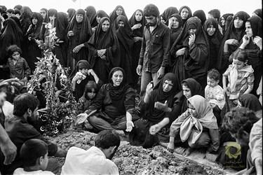 اهواز، آرامگاه شهدای شهر/ خرداد 1361  عزاداری بر مقبره یکی از شهدای عملیات بیتالمقدس.
