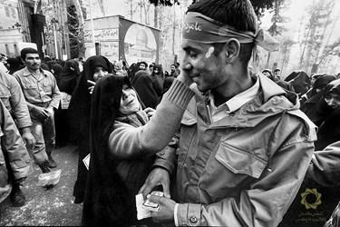 خداحافظی مادر با فرزندش قبل از اعزام به جبهه. تهران، خیابان امام خمینی(ره)، مقابل مجلس شورای اسلامی/ 1364