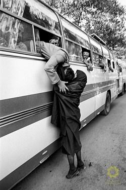 بوسه مادر بر چهره فرزند در لحظهی جدایی و عزیمت به جبهه . تهران، پایگاه مالک اشتر/ 1363