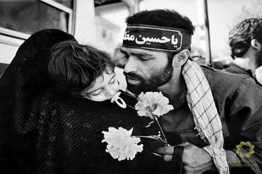 بوسه خداحافظی رزمنده قبل از عزیمت به جبهه. تهران، خیابان جمهوری اسلامی/ 1365