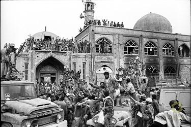 خرمشهر، مسجد جامع/ 3 خرداد 1361 رزمندگان بعد از آزادی خرمشهر و رسیدن به مسجد جامع، که نماد مقاومت در برابر هجوم دشمن و آزادی شهر شد، شادی میکنند