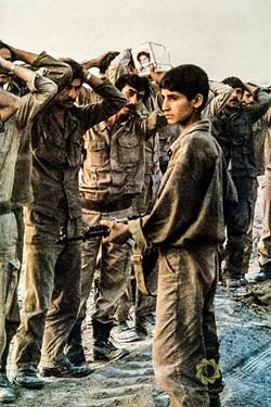 انتقال اسرای عراقی به عقب توسط رزمنده جوان ایرانی  عملیات خرمشهر /3 خرداد1361