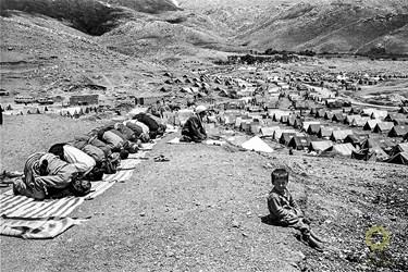 کرمانشاه، اردوگاه گیوی/ فروردین1367 مردم کردستان عراق پس از بمباران شیمیایی حلبچه توسط صدام به مرزهای ایران پناه آورده و در اردوگاههای متعددی که توسط ایران احداث شده بود اسکان داده شدند.