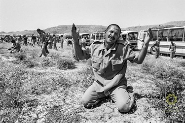 اشک شوق یکی از اسرای ایرانی  هنگام ورود به خاک ایران کرمانشاه، مرز خسروی /26 مرداد1369