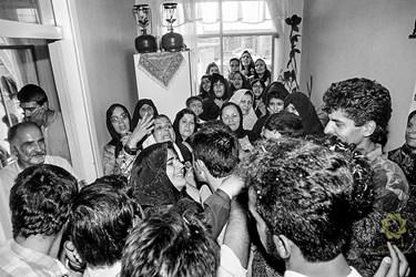 تهران محله نارمک/مرداد1369 اشتیاق مردم و خانواده یک اسیر ایرانی برای دیدار و به آغوش کشیدن وی