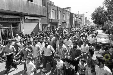 استقبال و شادی اهالی محل هنگام بازگشت یک اسیر ایرانی به خانه تهران نظام اباد/مرداد1369