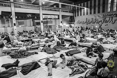 اسکان و درمان مصدومین بمباران شیمیایی حلبچه عراق در ایران. تهران، سالن ورزشی شرکت ایران خودرو/ فروردین 1367