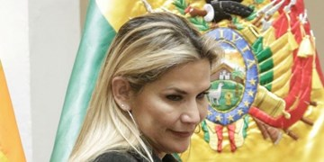 رئیسجمهور خودخوانده بولیوی از شرکت در انتخابات آتی کناره گرفت