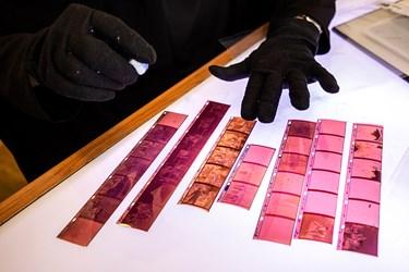 نگاتیوها بعد از تحویل دستهبندی میشوند و اگر آلودگی یا اثر انگشت داشته باشند توسط کارشناس  پاکسازی میشوند.
