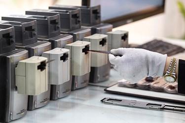 نگاتیوها بعد از ساماندهی  اسکن میشوند. با توجه به نوع و ابعاد نگاتیوها، دستگاه اسکن متفاوت است.