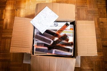 نگاتیوها به اشکال مختلف، به صورت جعبهای یا حتی ریخته شدن در کیسه و گونی تحویل انجمن عکاسان انقلاب و دفاع مقدس میشود تا برای شروع کار مرتبسازی شوند.