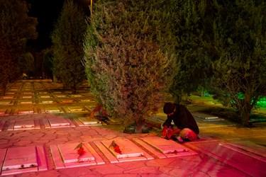 مراسم رونمایی کتاب «مربعهای قرمز» در جوار شهدای گمنام بهشت زهرا