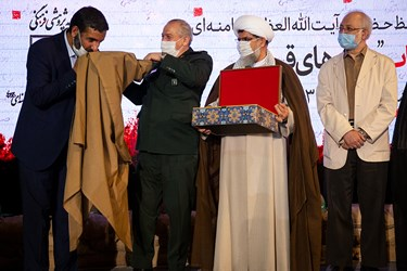 اهدای عبای شخصی مقام معظم رهبری به حاج حسین یکتا